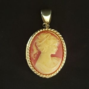 Jewelry - Vintage Cameo Locket